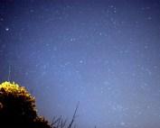 «Comet holmes and Geminid121307» de Brocken Inaglory. Disponible bajo la licencia CC BY-SA 3.0 vía Wikimedia Commons - https://commons.wikimedia.org/wiki/File:Comet_holmes_and_Geminid121307.jpg#/media/File:Comet_holmes_and_Geminid121307.jpg