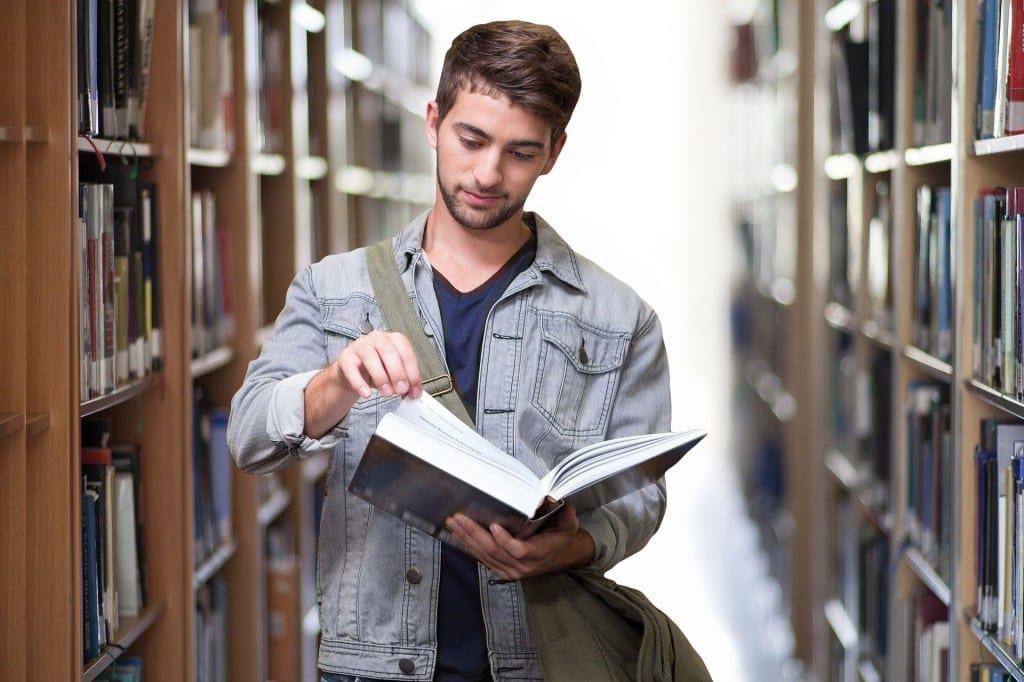 un estudiante busca en un diccionario